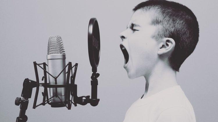 Dreng skriger i mikrofon